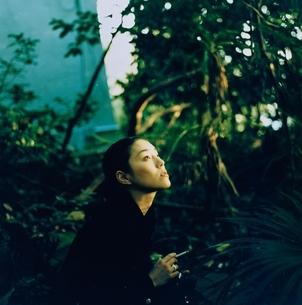 夕日を見上げる日本人女性の写真素材 [FYI03204583]