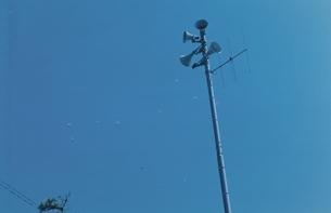 電柱のスピーカーと青空の写真素材 [FYI03204607]