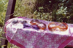 スカーフの上にある4つのサングラスの写真素材 [FYI03204613]