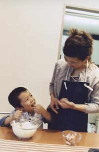 ホットケーキ作りをする男の子と母親 日本人の写真素材 [FYI03204633]