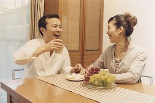 食卓でお茶を飲む日本人夫婦の写真素材 [FYI03204643]