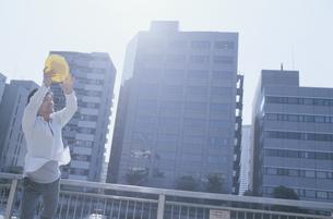 フリスビーをキャッチする日本人男性の写真素材 [FYI03204651]