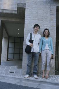 手を繋ぐ日本人カップルの写真素材 [FYI03204658]