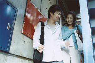 階段を下る日本人カップルの写真素材 [FYI03204675]