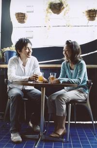 お茶を飲む日本人カップルの写真素材 [FYI03204677]