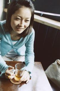 お茶を飲む日本人女性の写真素材 [FYI03204685]