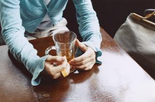 お茶を飲む日本人女性の手元の写真素材 [FYI03204694]