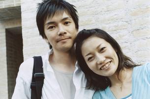 寄り添う日本人カップルの写真素材 [FYI03204695]