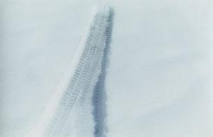 雪の上の轍の写真素材 [FYI03204706]