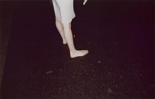 裸足で立つ女性の足元の写真素材 [FYI03204743]