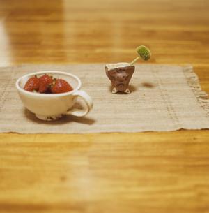 テーブルの上のイチゴと花の写真素材 [FYI03204777]