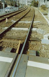 踏み切り中央から撮った線路の写真素材 [FYI03204784]