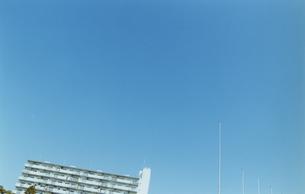 マンションの上層階部とポールの写真素材 [FYI03204809]