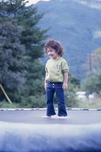 トランポリンで遊ぶ日本人の男の子の写真素材 [FYI03204895]