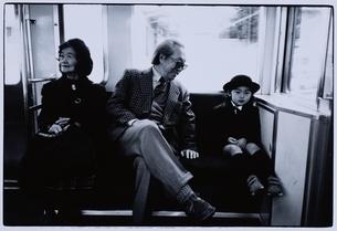 祖父母と電車に乗る日本人の男の子 B/Wの写真素材 [FYI03204933]