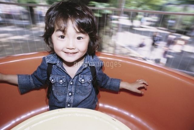 遊園地にいる日本人の男の子の写真素材 [FYI03204937]