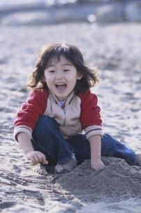 砂浜で遊ぶ日本人の男の子の写真素材 [FYI03204938]