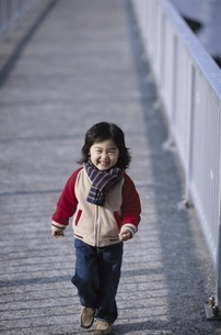 歩道を歩く日本人の男の子の写真素材 [FYI03204940]