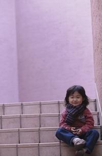 階段に座る日本人の男の子の写真素材 [FYI03204941]