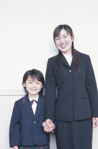 学校の廊下で手をつなぐ日本人の小学生と女性の写真素材 [FYI03205207]