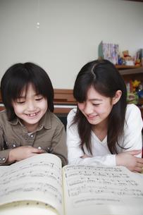 楽譜を見る小学生の女の子と男の子の写真素材 [FYI03205606]