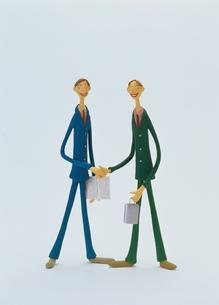 握手をするビジネスマン クラフトの写真素材 [FYI03206038]