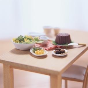 チョコレートケーキがのっているテーブルの写真素材 [FYI03206338]