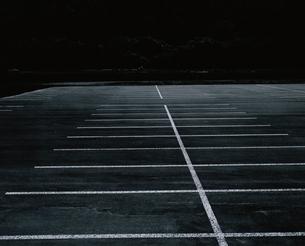 駐車場の白線 B/Wの写真素材 [FYI03206372]