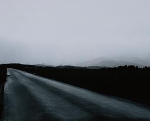 霧のかかった道 B/Wの写真素材 [FYI03206374]