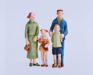 フォーマル服を着た家族 クラフトの写真素材 [FYI03206380]