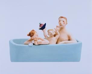 入浴する親子 クラフトの写真素材 [FYI03206386]