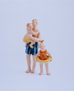 海水浴をする親子 フォトイラストの写真素材 [FYI03206388]