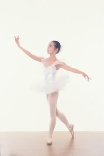 バレエをする日本人少女の写真素材 [FYI03206477]