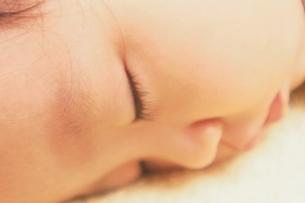 日本人の赤ちゃんの寝顔のアップの写真素材 [FYI03206510]