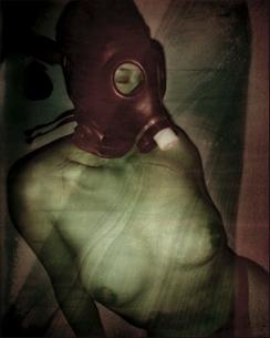 ガスマスクを付けた日本人のヌード女性の写真素材 [FYI03206533]