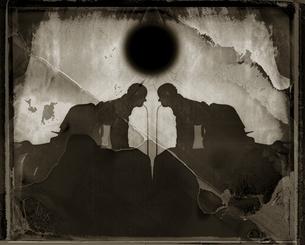 左右対称の人物の影 B/Wの写真素材 [FYI03206534]