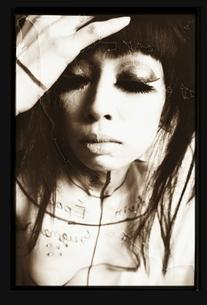 目を閉じる日本人女性 セピアの写真素材 [FYI03206544]