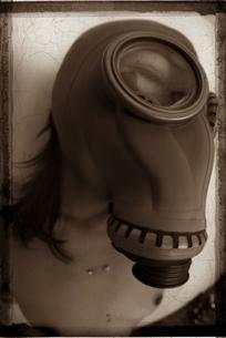 ガスマスクを付けた日本人のヌード女性 セピアの写真素材 [FYI03206548]