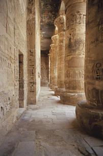 ラムセス3世葬祭殿の石柱   エジプトの写真素材 [FYI03206692]