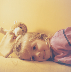 人形を持っている女の子の写真素材 [FYI03206693]
