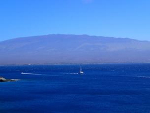 マウイの海とハレアカラの写真素材 [FYI03206996]