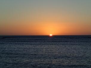 マウイの夕日が海に沈む時の写真素材 [FYI03206997]