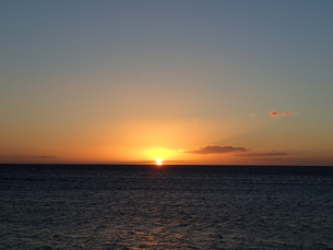 マウイの夕日と雲のグラデーションの写真素材 [FYI03207001]