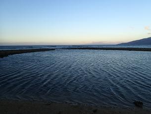 早朝の浜辺の写真素材 [FYI03207013]