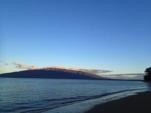 朝焼けの西マウイ山の写真素材 [FYI03207014]