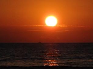 夕日と船の写真素材 [FYI03207020]