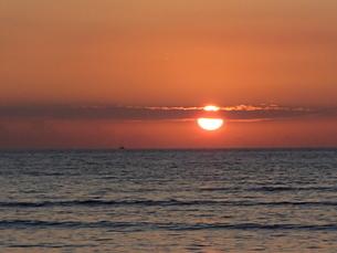 夕日と雲と船の写真素材 [FYI03207021]