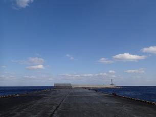 底土港の新しく伸びた突堤と灯台の写真素材 [FYI03207044]