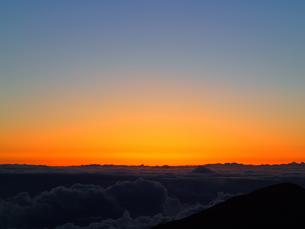 夜明け前の輝きの写真素材 [FYI03207066]