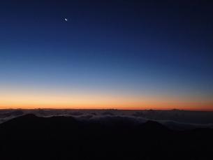 夜明けと月の写真素材 [FYI03207068]